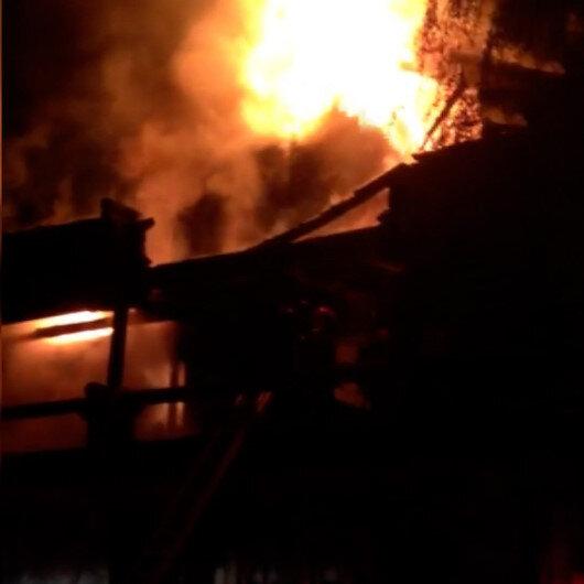 Sakaryada iki katlı ahşap ev alev alev yandı