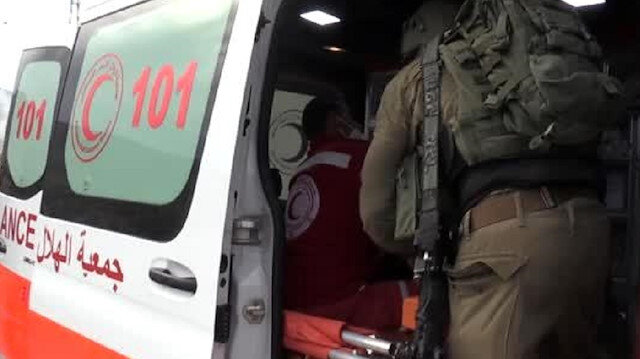 Gözü dönmüş İsrail askerleri ambulansın içine girerek yaralı Filistinliyi almaya çalıştı