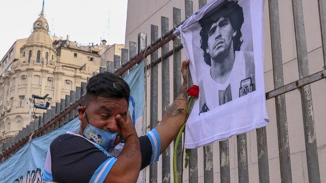 Maradona gözyaşlarıyla son yolculuğuna uğurlanıyor