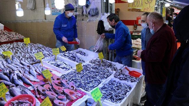65 yaş üstü sokağa çıkamayınca balık satışları düştü