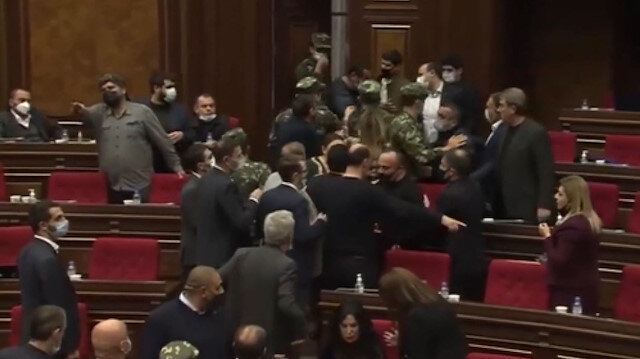 Azerbaycan yenilgisini tartışan Ermeni vekiller birbirine girdi