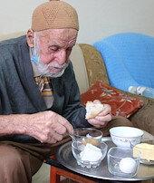 96 yaşındaki Hamdi Amcakoronavirüsü böyle yendi