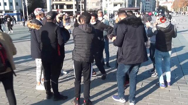 İstanbul'da turistler de yoldan çıktı: Mesafesiz, maskesiz korona eğlencesi
