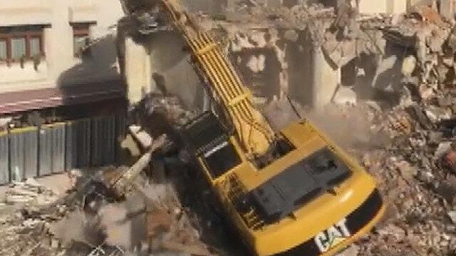 Yıkılan binada çalışma yapan kepçe devrildi: O anlar ve operatörün kurtarılma çalışması kamerada