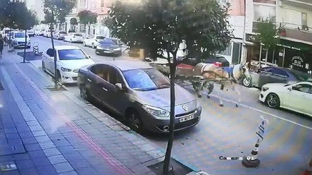 Sahipsiz atın caddede dört nala koştuğu anlar kamerada