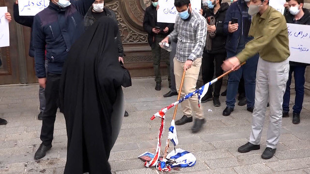 İran'da nükleer fizikçi suikastının ardından protesto: ABD ve İsrail bayrakları yakıldı