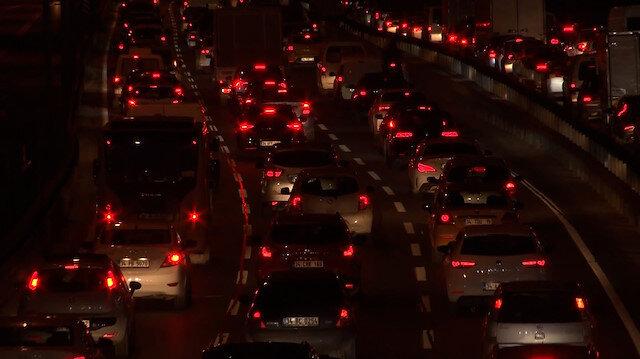 İstanbul'da kısıtlama öncesi evlerine yetişmeye çalışan vatandaşlar trafik ve metrobüslerde yoğunluk oluşturdu