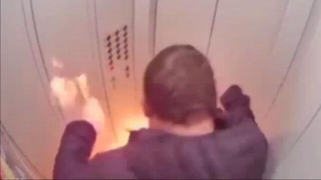 Asansörde alkollü içeceğini çakmakla yakan Rus genç alevler içinde kaldı