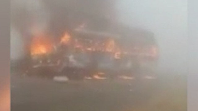 Pakistan'da kamyonla çarpışan yolcu otobüsü alev alev yandı