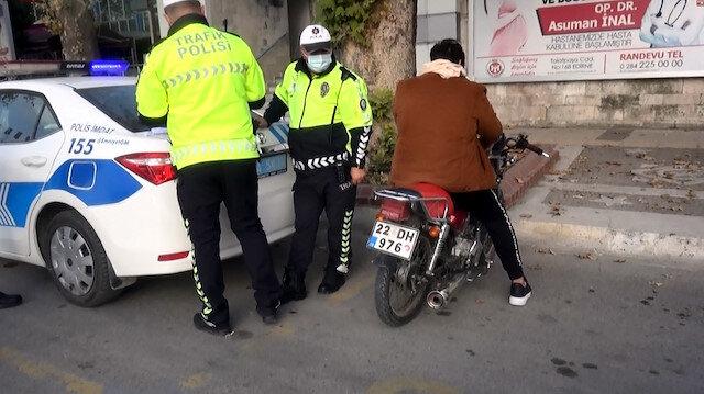 Radar cezasından kurtulmak için yaptığı polisi bile şaşırttı: Plakada rakamları bantla değiştirmiş