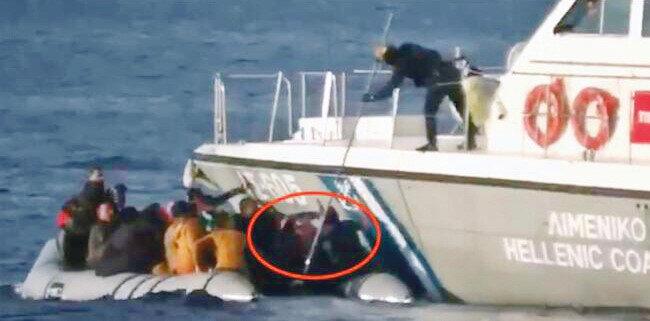 Yunan komutanın emriyle Irini Harekatı kapsamındaki askerlerini uluslararası hukuka aykırı şekilde Türk ticaret gemisine çıkaran Almanya, şimdi de Yunanistan'ın sığınmacıları Ege Denizi'nde ölüme iten operasyona verdiği Alman polisi desteğiyle tartışılıyor.