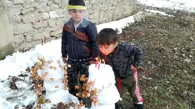 Oğluna kardan temsili pasta yaparak doğum günü sürprizi yaptı
