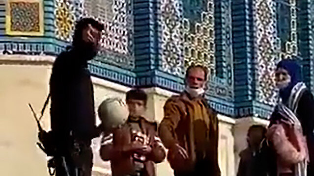 İsrail polisi, Mescid-i Aksa'nın avlusunda oynayan Filistinli çocuğun topuna el koydu