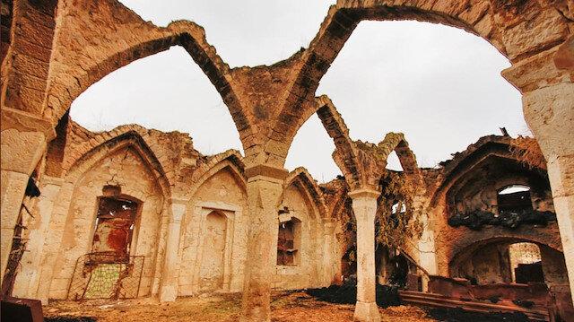 Ağdam'ın Giyaslı köyünde 18. yüzyıla ait bir cami ahır olarak kullanıldı