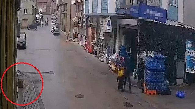 Bursa'da yürekleri ısıtan görüntü: Sokak köpeğinin ıslanmaması için iş yerinin tentesini açtı