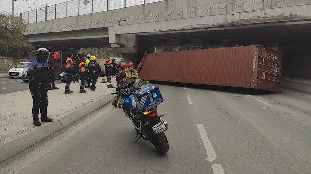 Bakırköy'de TIR üst geçide çarptı: Dorsesi yola devrildi