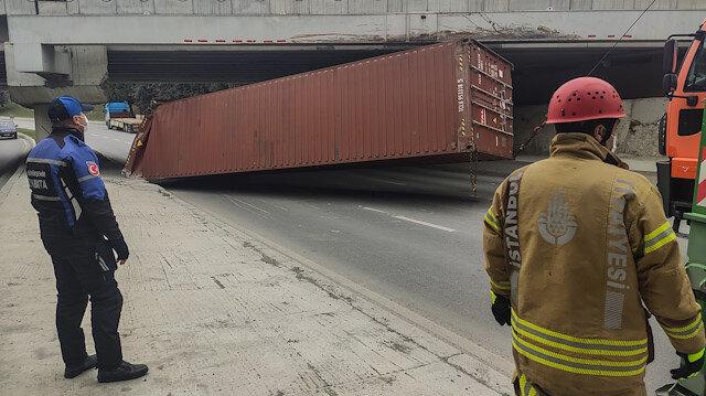 Bakırköy'de TIR'ın dorsesindeki konteyner üst geçide çarptı: Sahil yolu kapandı