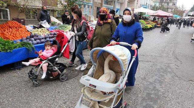 Bebek arabasından gelen garip sesin kaynağını gören şoke oldu: Pazarda kazla gezintiye çıktı