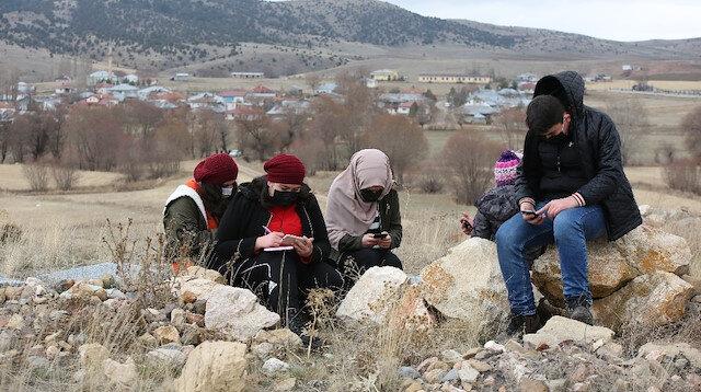 İnterneti olmayan köydeki minikler uzaktan eğitim için dondurucu soğukta tepeye çıkıyor