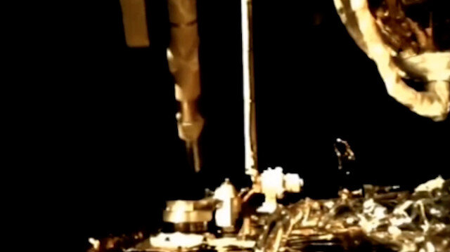 Çin'e ait uzay aracı Chang'e-5'in Ay'da kaya örnekleri topladığı o anlar görüntülendi