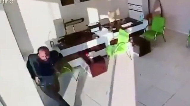 Siirt'te meydana gelen 5 büyüklüğündeki deprem anı iş yeri kamerasına böyle yansıdı