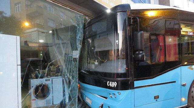 Freni boşalan halk otobüsü iş yerine girdi