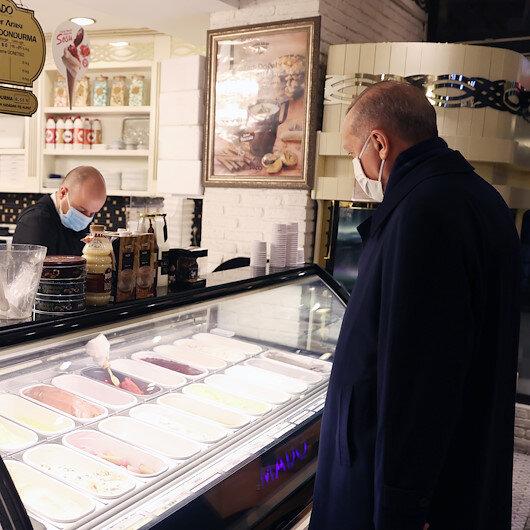 Cumhurbaşkanı Erdoğan, Çengelköyde dondurmacıya uğrayıp dondurma aldı