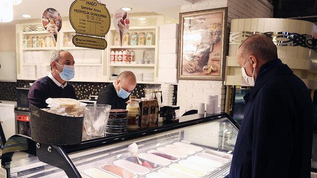 Cumhurbaşkanı Erdoğan, Çengelköy'de dondurmacıya uğrayıp dondurma aldı