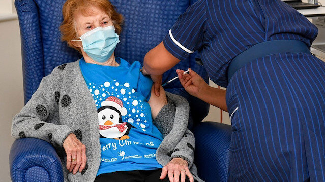 İngiltere'de tarihi gün: İlk koronavirüs aşısı yapıldı