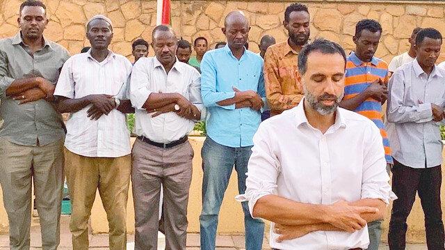 İngiltere'den Sudan'a namaz kıldıran büyükelçi: Halkla iç içe yaşıyor