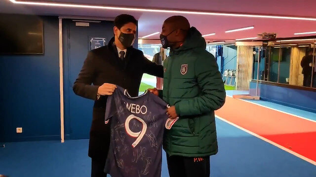 PSG Başkanı Nasır Al-Khelaifi'den ırkçı saldırıya maruz kalan Pierre Webo'ya forma hediyesi