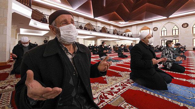 Cuma namazı sonrası tüm camilerde yağmur duası edildi