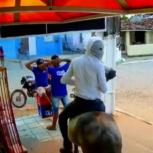 Brezilyada ilginç soygun: Atla gelip marketi soyup kaçtılar