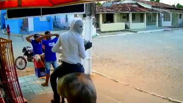 Brezilya'da ilginç soygun: Atla gelip marketi soyup kaçtılar