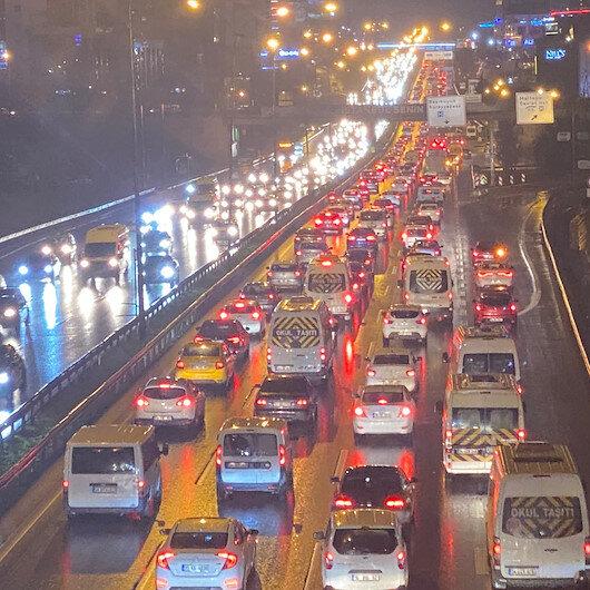 İstanbulda iş çıkışı trafik yoğunluğu yüzde 72ye ulaştı