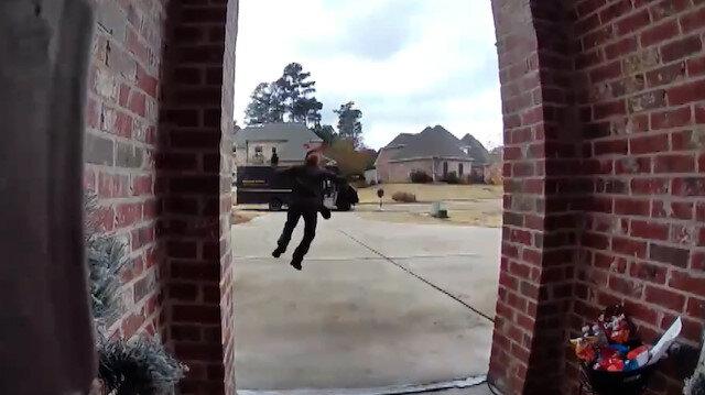 Kargo çalışanı kapı önüne bırakılan atıştırmalıkları görünce mutluluktan dans etti