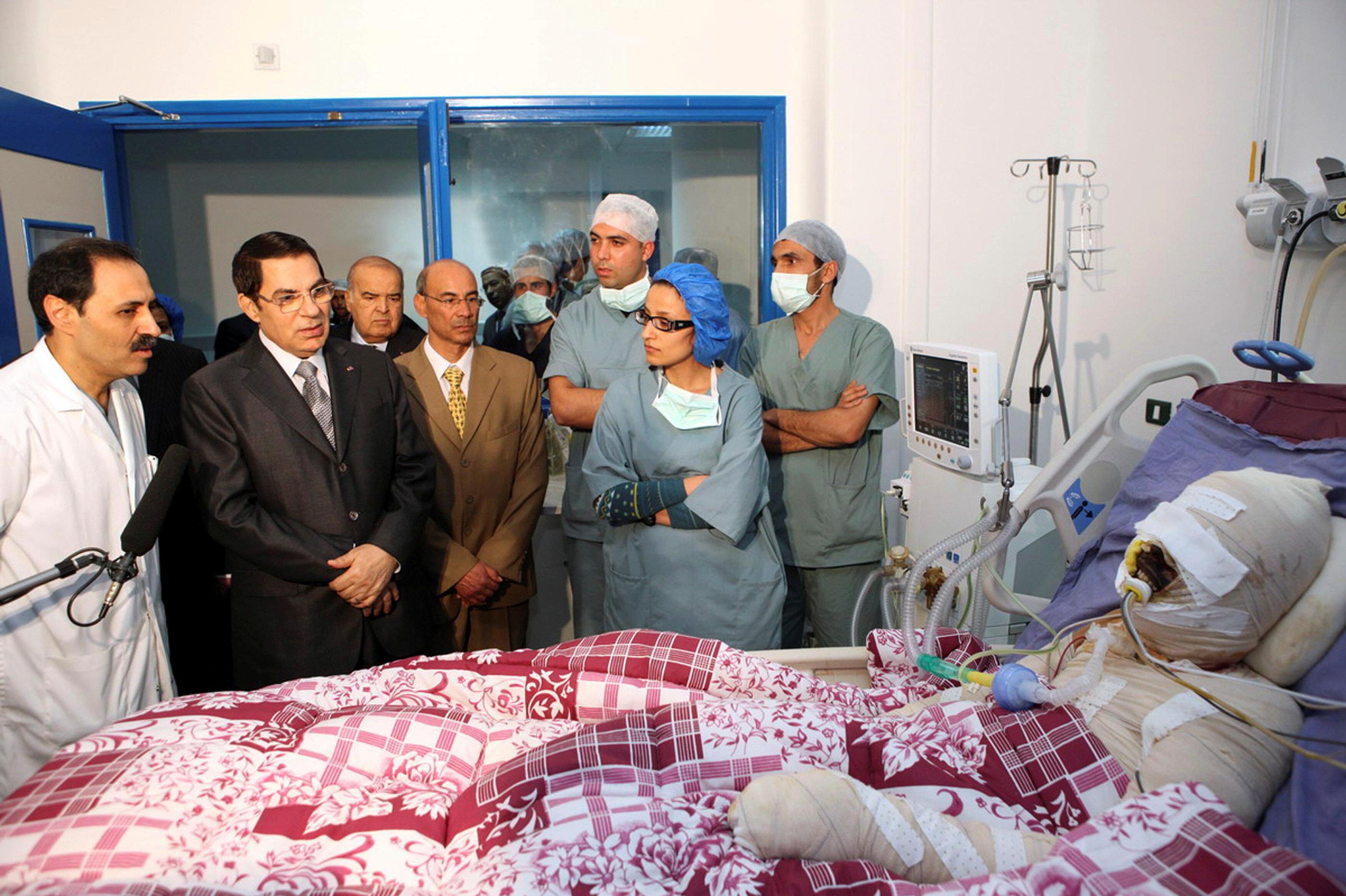 Tunus'un devrik lideri Zeynel Abidin Bin Ali Buazizi'yi hastanede ziyaret etmişti.
