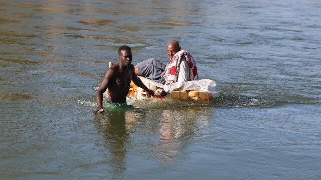 Çatışmalardan kaçan Etiyopyalılar bidondan yapılmış sallarla nehri geçerek Sudan'a sığınıyor