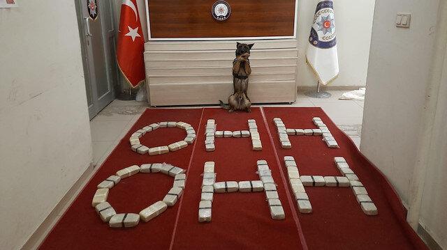 """Van polisi ele geçirdiği uyuşturucu paketleriyle """"ohh ohh"""" yazarak Bakan Soylu'ya destek verdi"""
