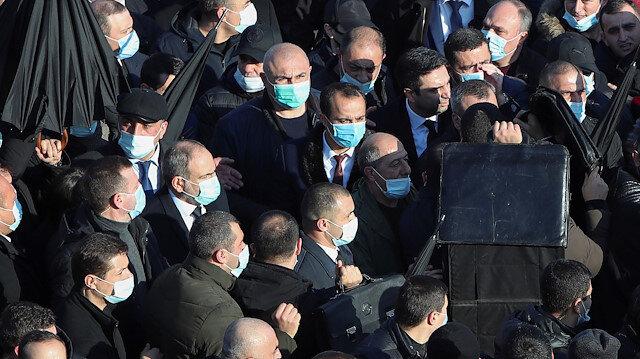 Erivan'daki anma yürüyüşünde dikkat çeken ayrıntı: Paşinyan'ın her tarafını sardılar