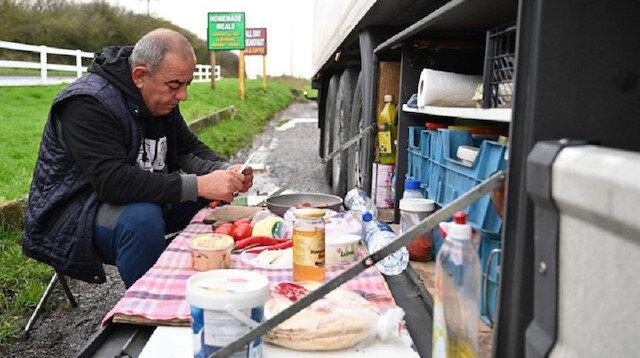 İngiltere-Fransa arasındaki TIR kuyruğuna takılan Türk şoförün kahvaltısı İngiliz medyasında