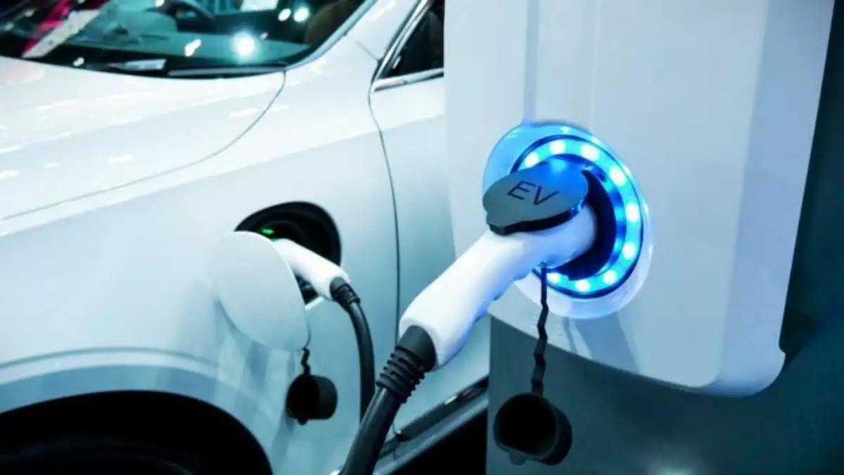 LG'nin ilk etapta elektrikli otomobiller için parça üretimine başlayacağı biliniyor.