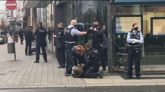 Almanya'da polis şiddeti: Başörtülü kadını yere yatırıp zorla kelepçe taktılar