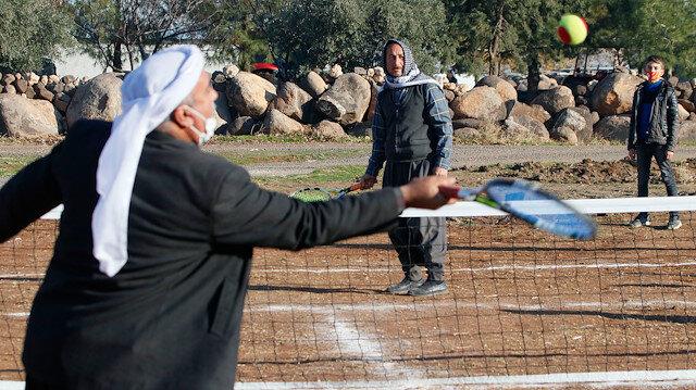 Şanlıurfalı köylülerin tenis sevgisi: Kendi imkanlarıyla yaptıkları kortta raket sallıyorlar