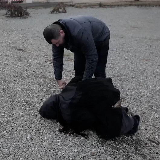Doğup büyüdüğü Ağdama geri dönen Azerbaycanlı Semaye nine gözyaşları içinde toprağı öptü