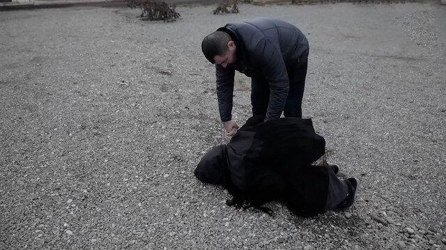 Doğup büyüdüğü Ağdam'a geri dönen Azerbaycanlı Semaye nine gözyaşları içinde toprağı öptü