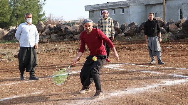 Kendi imkanlarıyla tenis kortu yapan Şanlıurfalı köylülere Bakan Kasapoğlu'ndan müjde