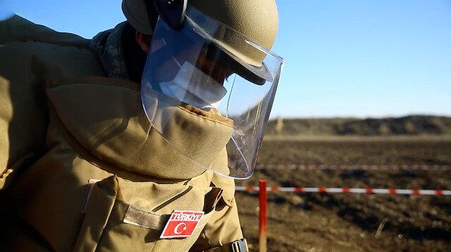 Azerbaycan'da görevli Mehmetçik, işgalden kurtarılan bölgelerde mayınlı arazileri temizliyor