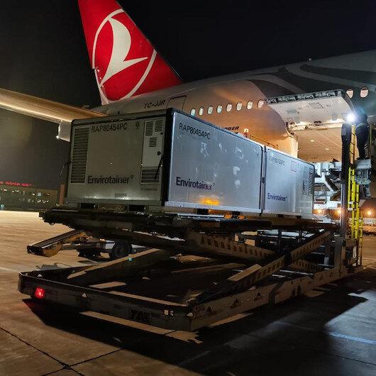 Türkiyeye gelen koronavirüs aşılarının THY uçağına yüklendiği anlar