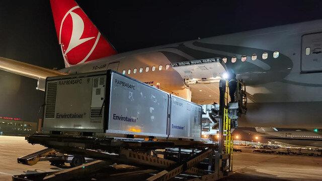 Türkiye'ye gelen koronavirüs aşılarının THY uçağına yüklendiği anlar
